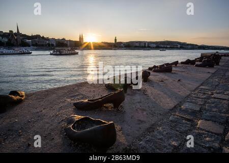 Die Schuhe an der Donau-Bank. Ein Denkmal in Budapest, Ungarn, um die im zweiten Weltkrieg getöteten Juden zu ehren