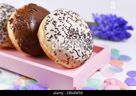 """""""Berliner Pfannkuchen"""", ein traditionelles deutsches Dessert ähnlich Donut ohne Loch, aus fetten süßen Hefeteig - Stockfoto"""