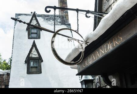Ollivanders Shop The Wizarding World of Harry Potter, Universal Studios Orlando, Florida. Schönes Holz-Ladenschild mit Zauberstab und Hogsmeade - Stockfoto