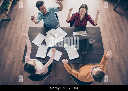 Top über dem hohen Blickwinkel auf schöne attraktive Inhalte fröhliche fröhliche Jungs Führungskräfte freuten sich über die berufliche Entwicklung tolle Neuigkeiten bei - Stockfoto
