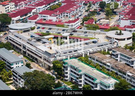 Ein vielseitiger, dreieckiger Block mit einem Lebensmittelzentrum und einem Dachparkplatz im Tiong Bahru Gebiet, Singapur. - Stockfoto