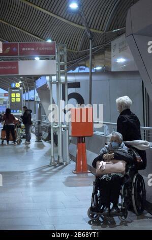 März 2020 auf dem internationalen Flughafen Madrid Barajas um 7:30 Uhr. Pflege und Vorsichtsmaßnahmen bei älteren Menschen durch das Coronavirus - Stockfoto