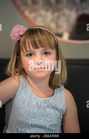 Porträt eines süßen lächelnden Mädchens in einem Kleid - Stockfoto