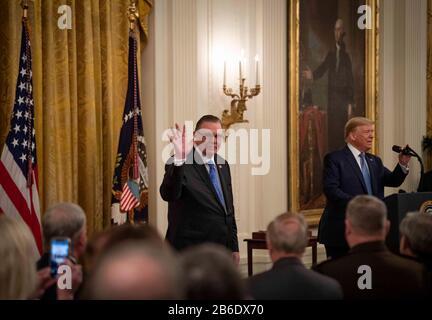10. März 2020; Washington, DC, USA; Präsident Donald Trump präsentiert die Presidential Medal of Freedom an General Jack Keane, links, am Dienstag, 10. März 2020 im Weißen Haus in Washington, DC Staff Mandatory Credit: Jack Gruber/USA TODAY /Sipa USA Credit: SIPA USA/Alamy Live News - Stockfoto