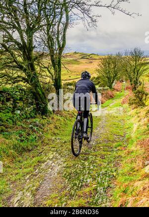 Radfahrer auf der Autobahn in der Nähe von Crook im südlichen Lake District - Stockfoto
