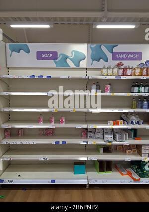 London, Großbritannien - 11. März 2020 - leere Seifenregale in einem Geschäft in Streatham, South London. Menschen panischen Kauf während des Coronavirus-Ausbruchs. - Stockfoto