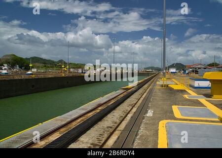 Schiff, das Panamakanal bei Miraflores überquert, sperrt in Panama-Stadt, Panama - Stockfoto