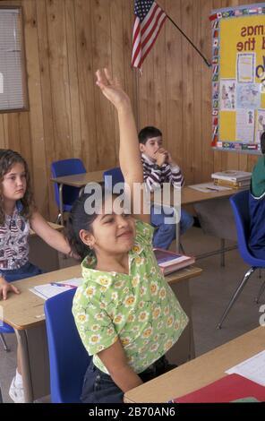 Die vierten (4.) Grader heben die Hände an, um die Frage in der Klasse zu beantworten. Herr ©Bob Daemmrich / - Stockfoto