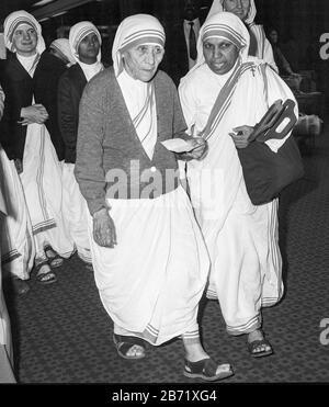 Mutter Teresa kam 1981 am Londoner Flughafen Heathrow an. - Stockfoto