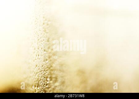 Sunlight and Water on Glass Picture von Antony Thompson - Thousand Word Media, NO SALES, NO SYNDICATION. Kontakt für weitere Informationen Mob: 07775556610 - Stockfoto