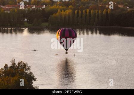 Canberra, Australien. März 2020. Ein Heißluftballon wird während des jährlichen Canberra Balloon Spectacular Festivals in Canberra, Australien, am 13. März 2020 am Himmel gesehen. Credit: Chu Chen/Xinhua/Alamy Live News - Stockfoto