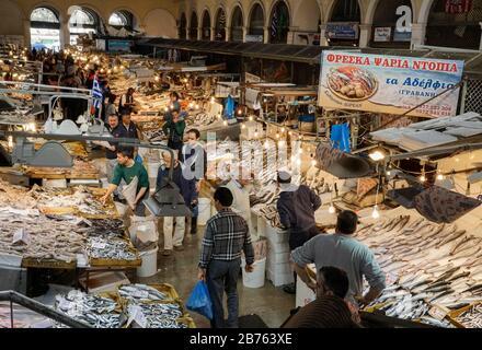 Fisch wird am 12.04.2016 in der Athener Markthalle zum Verkauf angeboten. Fleisch, Fisch und Obst werden in verschiedenen Hallen angeboten. [Automatisierte Übersetzung]