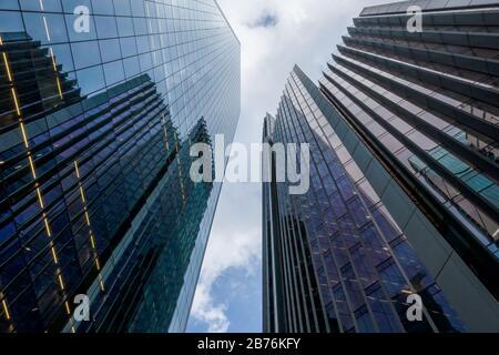 Blick auf die Wolkenkratzer des Londoner Finanzviertels von unten