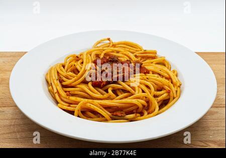 Italienische Pasta mit Meeresfrüchten und Muscheln. Spaghetti alle Vongole isoliert auf weiß - Stockfoto
