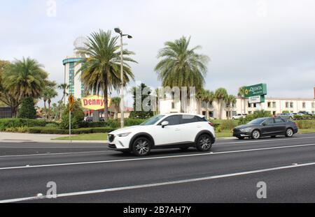 20. Februar 2020 - Orlando, Florida: Vorbei an einem Denny's Restaurant und der Hotelkette La Quinta - Stockfoto