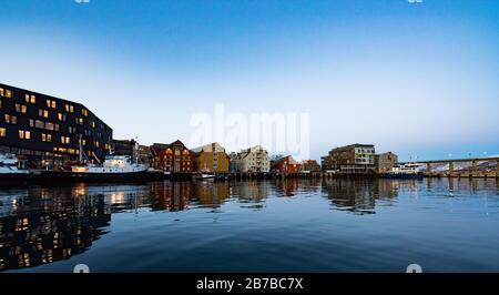 Tromso Norwegen. Landschaften, Schnee, Sonnenuntergang, Farben, Natur, lebendige Farben. - Stockfoto