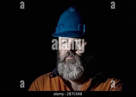 Depressionskonzept für die Industrie, ein fünfzig Jahre alter Arbeiter mit trauriger Ausdrucksweise. Stockfoto