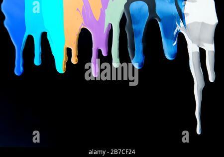 Flüssige Bewegung von Acrylfarben, die auf Schwarz abfließen - Stockfoto