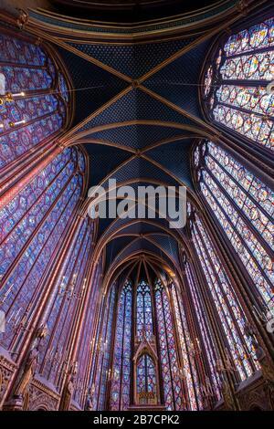 Die Kirchenwände von Sainte-Chapelle sind mit bunten Glasfenstern in Paris, Frankreich, Europa gefüllt - Stockfoto