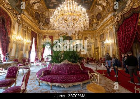 Staatszeichnerraum mit Kronleuchtern und königlichen Möbeln in den Napoleon III Apartments im Louvre Museum in Paris, Frankreich, Europa - Stockfoto