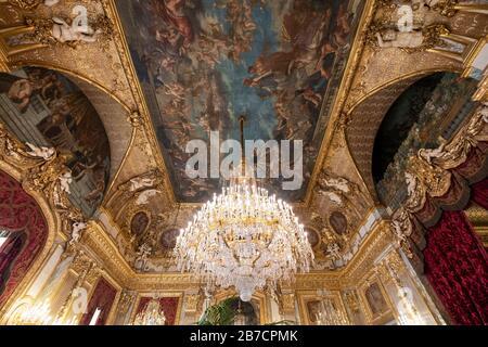 Verzierter Kronleuchter und bemalte Decke im staatlichen Zeichenraum der Napoleon III Apartments im Louvre, Paris, Frankreich, Europa - Stockfoto