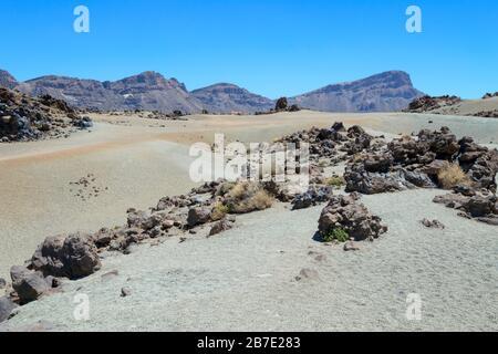 Weißer Wüstensand und vulkanische Felsen in großer Höhe auf dem Berg Teide, auf Tenera, auf den Kanarischen Inseln, Spanien - Stockfoto