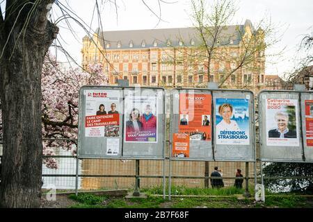 Straßburg, Frankreich - 15. März 2020: Wahlkampffotat in der Nähe des Wahllokals während der ersten Runde der Bürgermeisterwahlen, als Frankreich mit einem Ausbruch des Coronavirus COVID-19 grinst - Stockfoto