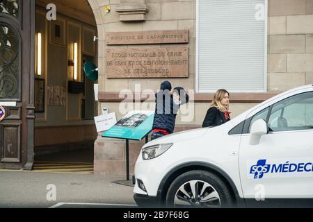 Straßburg, Frankreich - 15. März 2020 Mann, der Schutzmask trägt, verlässt das Wahllokal in der ersten Runde der Bürgermeisterwahlen, als Frankreich mit einem Ausbruch der Coronavirus-Krankheit COVID-19 grappt - Stockfoto