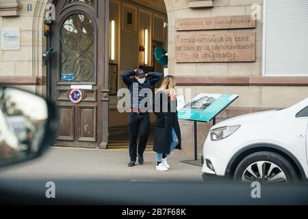 Straßburg, Frankreich - 15. März 2020 junger Mann, der Schutzmask trägt, verlässt das Wahllokal in der ersten Runde der Bürgermeisterwahlen, als Frankreich mit einem Ausbruch der Coronavirus-Krankheit COVID-19 grappt - Stockfoto