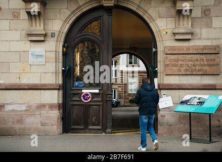 Straßburg, Frankreich - 15. März 2020: Wahllokal während der ersten Runde der Bürgermeisterwahlen in Paris, als Frankreich mit einem Ausbruch der Coronavirus-Krankheit COVID-19 grappt - Stockfoto