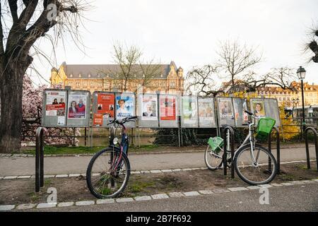 Straßburg, Frankreich - 15. März 2020: Alle Wahlkampagnen der Kandidaten in der Nähe des Wahllokals während der ersten Runde der Bürgermeisterwahlen, als Frankreich mit einem Ausbruch des Coronavirus COVID-19 grappiert - Stockfoto