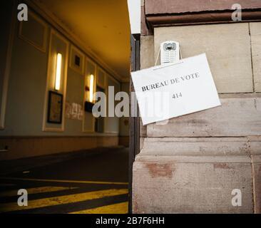 Straßburg, Frankreich - 15. März 2020: plakat des bureau de Vote in der Nähe der Wahllokale Bürgermeisterwahlen als Frankreich mit einem Ausbruch des Coronavirus COVID-19 grappt - Stockfoto