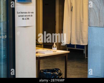 Straßburg, Frankreich - 15. März 2020: Handdesinfektionsmittel im Wahllokal während der ersten Runde der Bürgermeisterwahlen in Paris, während Frankreich mit einem Ausbruch der Coronavirus-Krankheit COVID-19 grappt - Stockfoto