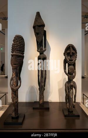 Afrikanische Holzskulpturen im Louvre in Paris, Frankreich, Europa - Stockfoto
