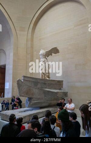 Der Winged Victory of Samothrace Ancient Greece Sculpture im Louvre Museum in Paris, Frankreich, Europa - Stockfoto
