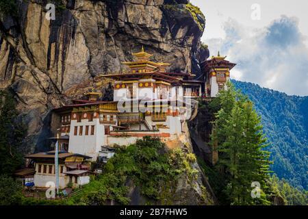 Das Kloster Paro Taktsang (Tigers Nest) klammert sich an einer Klippe über dem Tal in der Nähe von Paro, Bhutan Stockfoto