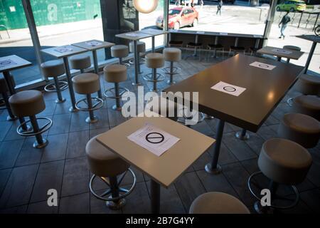 New York, USA. März 2020. Die Sitzplätze in einem McDonald's sind teilweise gesperrt, um die Kapazität in New York, den Vereinigten Staaten, am 15. März 2020 um fünfzig Prozent zu reduzieren. Wegen Bedenken wegen der Verbreitung von COVID-19 wurden viele öffentliche Plätze in der Stadt vorsorglich geschlossen. Gutschrift: Michael Nagle/Xinhua/Alamy Live News - Stockfoto