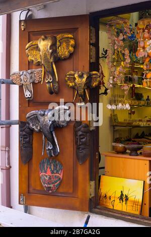 Südasien Sri Lanka Fort Galle Kolonialstadt alte Kunst Galerie Kunst & Handwerk Masken Gesichter Elefanten Shop lokale Künstler Terrasse draußen - Stockfoto