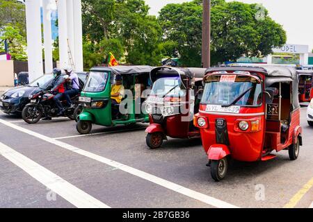 Südasien Sri Lanka Capital City Colombo 7 Deans Street Metered Tuk Tuk Taxi öffentliche Verkehrsmittel Baum Bäume Flagge