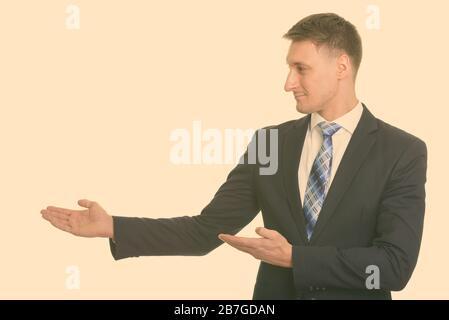 Portrait von stattlichen Geschäftsmann in Anzug etwas angezeigt - Stockfoto