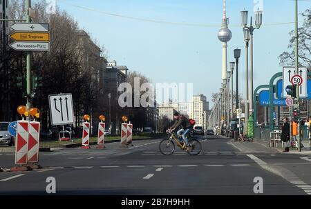 Berlin, Deutschland. März 2020. Auf der Frankfurter alle in Richtung Alexanderplatz ist wenig Verkehr vorhanden. Kredit: Wolfgang Kumm / dpa / Alamy Live News - Stockfoto