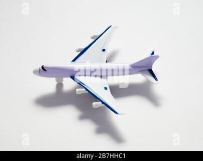 Passagierflugzeug auf weißem Hintergrund in Nahaufnahme - Stockfoto