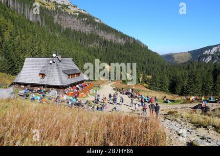 Die TATRA, Polen - OKTOBER 3, 2015: Touristen besuchen Hala Kondratowa Hütte in Tatra, Polen. Tatra Nationalpark wurde von 2,7 Milli besucht. - Stockfoto