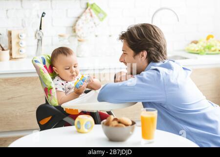 Tausendjährige Mann lachend mit Seinem Sohn in der Küche - Stockfoto