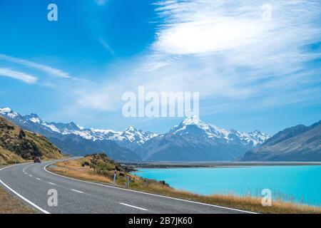 Straße und Lake Pukaki mit Blick auf den Mount Cook National Park, South Island, Neuseeland
