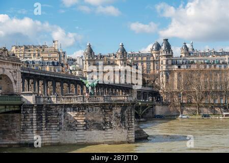 Pont Bir-Hakeim und France Reborn Statue - Paris, Frankreich. - Stockfoto