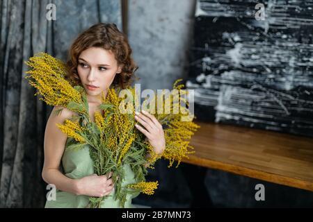 Stimmung. Fantasievolle Frau mit Blumenstrauß-Traum und femininem Konzept - Stockfoto