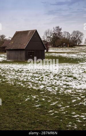 Braune Kabine auf dem eisigen Grünfeld im Winter - Stockfoto