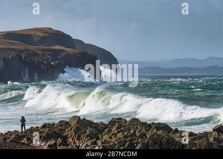 Fotograf, der auf dem felsigen Ufer des Dunff County Donegal Ireland große Wellen aus dem Atlantik fotografiert - Stockfoto