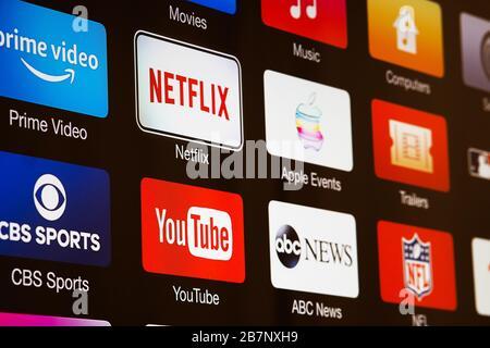 Smart TV mit Symbolen für Video-Streaming-Dienste und -Apps: YouTube, ABC News, Tastemade, UFC, NFL, Crunchyroll, Flickr und Red Bull TV. - Stockfoto